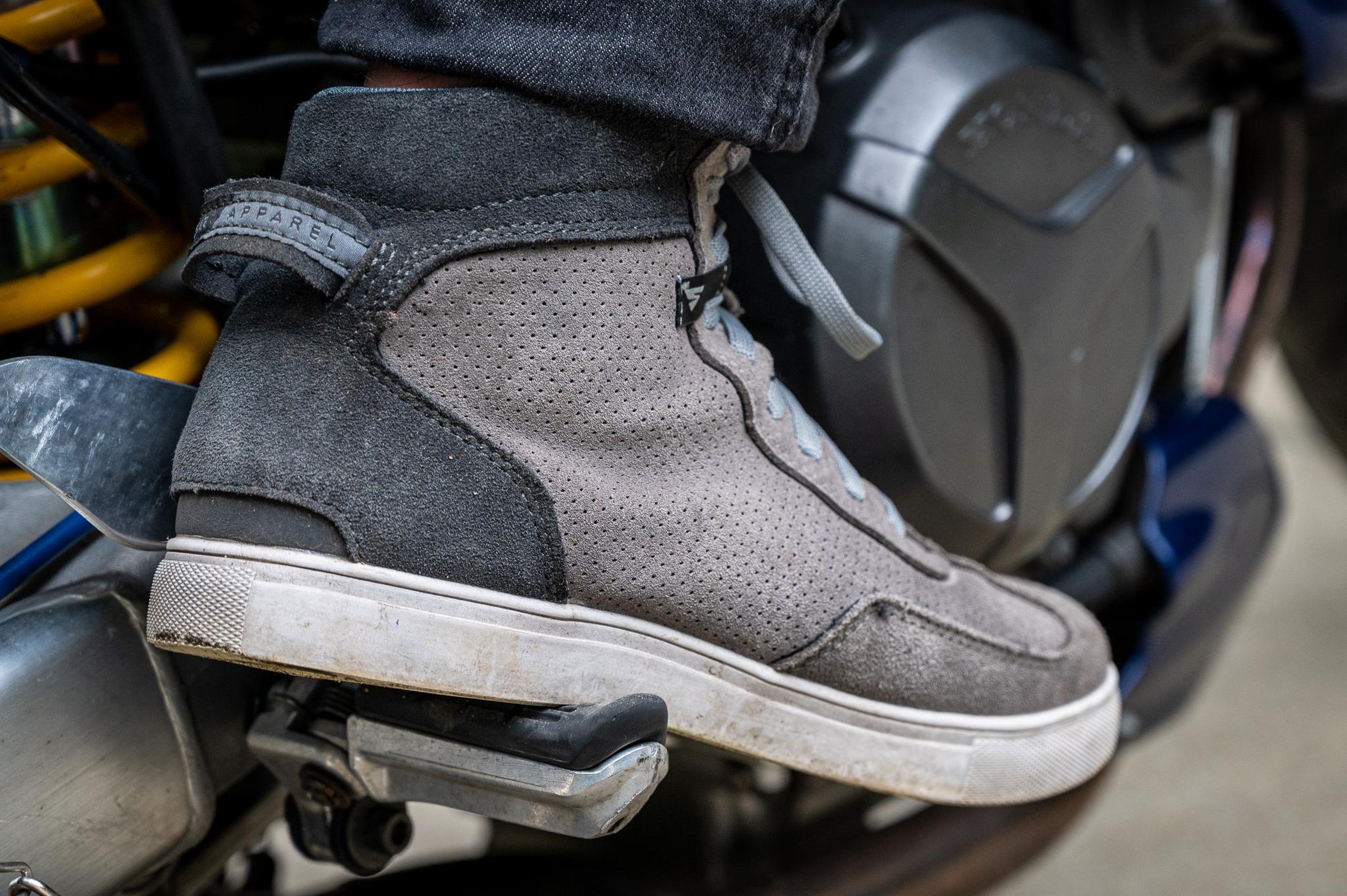 Miejski zestaw Shima – kurtka Bandit, jeansy Ghost, rękawice XRS-2, trampki SX-2 EVO [test, opinia, wady, zalety, zdjęcia]
